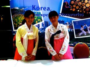 De sympathiques hôtesses étaient présentes en costumes traditionnels
