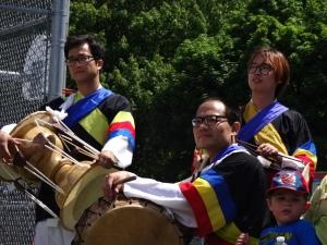 Des joueurs de tambour étaient sur place pour célébrer le mariage
