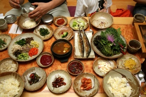 Korean_food-Bibim_ssambap_and_various_banchan-01