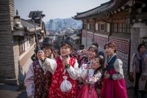 south-korea-hanbok-dress-resurgence-march-2016-seoul-selfies